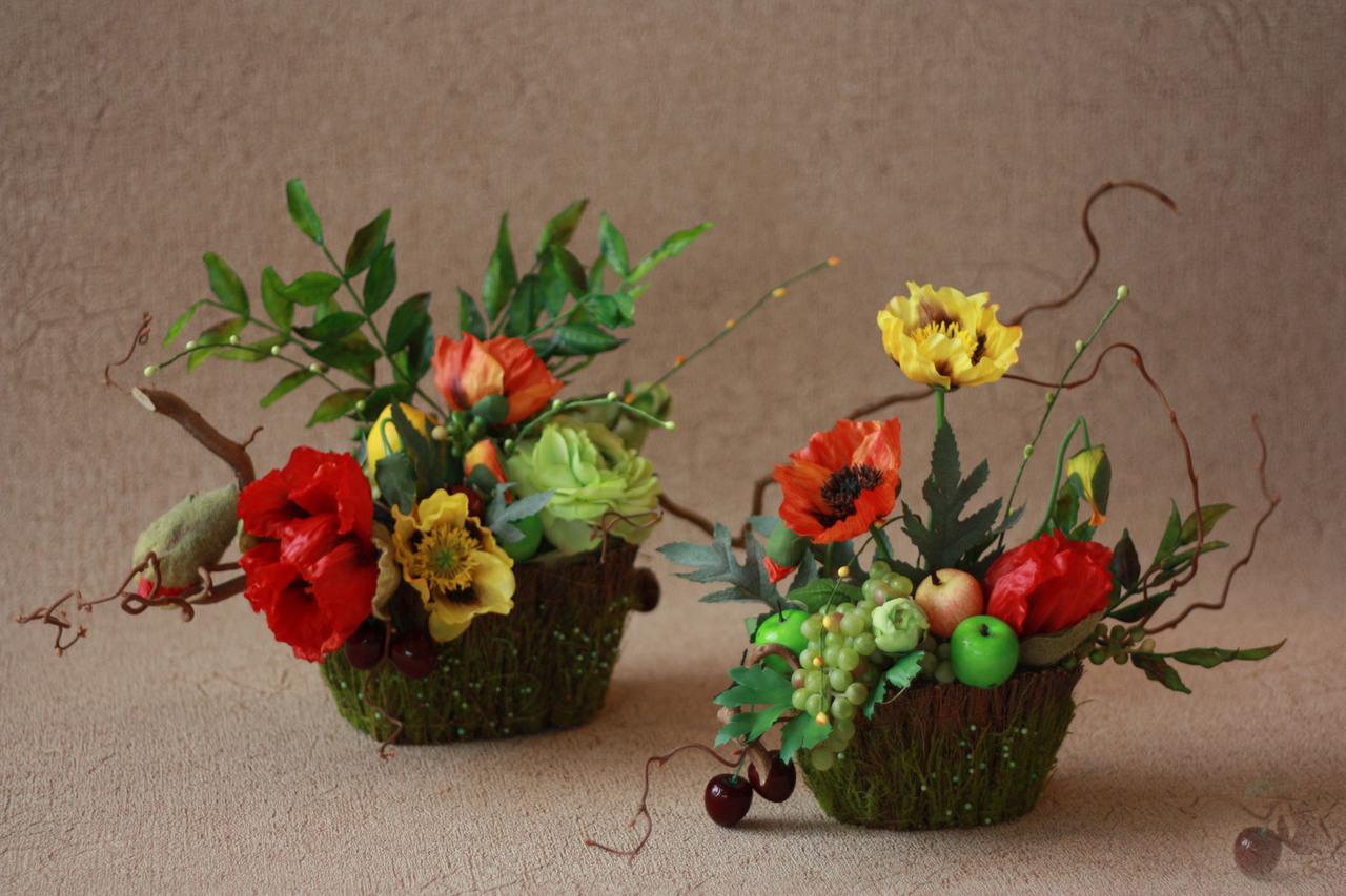 Композиции из искусственных цветов и фруктов